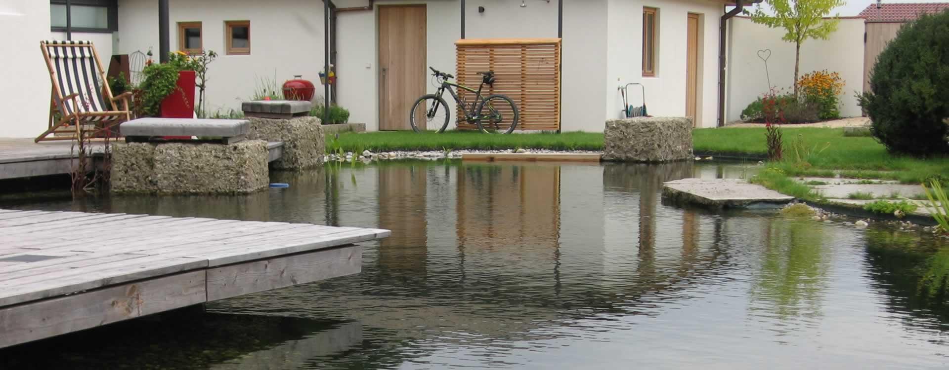 Schwimmteich schwimmteiche badeteich von teichbau for Gartenteich gfk